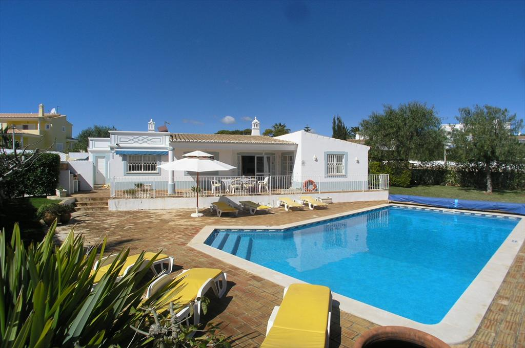 Amora, Lovely and comfortable villa in Guia, on the Algarve, Portugal with private pool for 6 persons. The villa is situated in.....